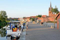 Stadthafen in Grabow an der Elde-Müritz-Wasserstrasse. Im Hintergrund die  Kirche St. Georg; gotischer Backsteinbau.
