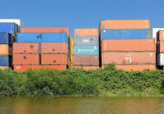 Containerlager mit unterschiedlich grossen Containern am Ufer des Moorfleeter Kanals, Hamburger Stadtteil Billbrook.