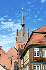 Kirchturm und Fachwerkgebäude in Grabow, Mecklenburg Vorpommern.