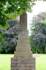 Gedenkstein in Pritzwalk - Inschrift DEN TOTEN ZU EHREN DEN LEBENDEN ZUR MAHNUNG.