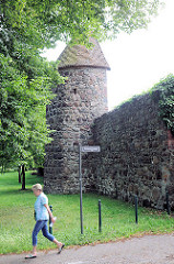 Historische Stadtmauer und Halbrundturm in Pritzwalk - entstanden Anfang des 14. Jahrhunderts.