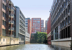 Mehrstöckige Bürohäuser, Bürogebäude beidseitig vom Südkanal im Hamburger Stadtteil Hammerbrook.