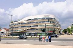 Moderne Neubau am Hauptbahnhof Brandenburg an der Havel - Gesundheitszentrum; Fussgängerampel.