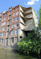 Ruinengrundstück am Südkanal im Hamburg Hammerbrook; altes Speichergebäude.