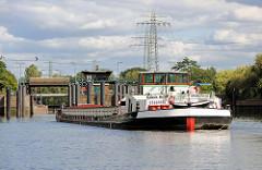 Das Binnenschiff Glück auf fährt in die Schleuse Tiefstack in Hamburg Rothenburgsort / Billbrook - die Schleusensignale zeigen auf Grün.