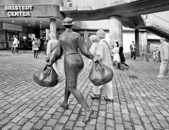 Skulptur Hausfrau mit Einkaufstaschen - Hamburg Billstedt, Bildstedt Center - Möllner Landstrasse.