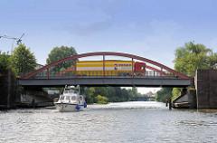 Sportboot auf dem Billekanal in Hamburg Rothenburgsort - Lastwagen, LKW auf der Brücke Billstrasse.
