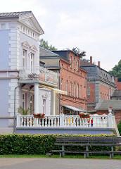 Wohnhäuser in unterschiedlichem Architekturstil - Gründerzeitvilla mit Terrasse; Backsteinhäuser - Villa mit Ziegelfassade; Bilder aus Grabow.