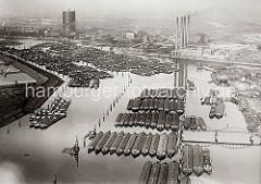 Luftansicht der Billwerder Bucht - dicht ankern die Binnenschiffe vor Rothenburgsort. Im Vordergrund rechts die Mündung vom Moorfleeter Kanal und die vier Schornsteine des Kraftwerks Tiefstack.