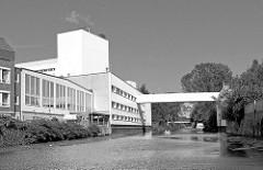 Gewerbegebäude, Gewerbearchitektur am Südkanal in Hamburg Hammerbrook - Häuser am Kanalufer, Fussgängerbrücke.