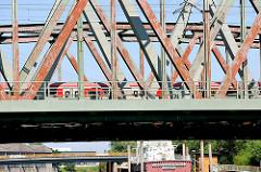 Eisenbahnbrücke mit Eisenträgern über den Tidekanal - im Hintergrund die Brücke der Bredowstrasse in Hamburg Billbrook.