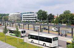 Busbahnhof am Hauptbahnhof von Brandenburg an der Havel - moderne Neubauten im Hintergrund.
