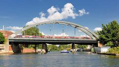 S-Bahnzug auf der Eisenbahnbrücke über die Bille in Hamburg Rothenburgsort.