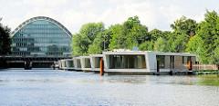 Bürogebäude Berliner Bogen am Hochwasserbassin in Hamburg Hammerbrook - Wohnschiffe, Hausboote; wohnen auf dem Wasser in Hamburg.