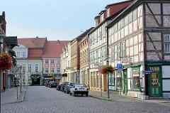 Strasse mit Fachwerkgebäuden in Grabow am Elde-Müritz-Wasserweg.