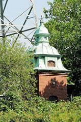 Historisches Gebäude, Gründerzeit der Elektrizitätswerke - Kupferkuppel; Bilder aus Hamburg Billbrook.