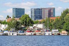 Sportboothafen / Sportbootliegeplatz an der Bille in Hamburg Hammerbrook. Motorboote liegen am Bootssteg - im Hintergrund die Hochhäuser am Berliner Tor.