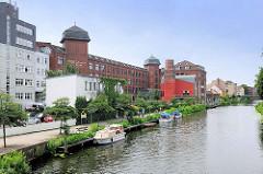 Blick von der Brücke St. Annenstrasse auf den Stadtkanal von Brandenburg an der Havel  - Bootsanleger für Gastlieger / Motorboote, Sportboote - Industriearchitektur umgenutzt zu einem Hotel am Kanalufer.