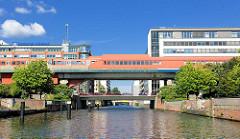 S-Bahn Station Haltestelle Hamburg Hammerbrook über dem Mittelkanal.