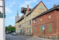 Historische Fachwerkarchitektur / Industriearchitektur in Grabow an der Elde - Speichergebäude mit Kran unter dem Dach.