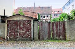Altes Garagentor - Holztor, Autoeinfahrt in Pritzwalk.