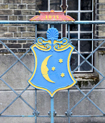 Wappen von Grabow, Mond mit Sternen / Jahreszahl 1875; Eisendekor an der Mühlenbrücke über die Alte Elde.