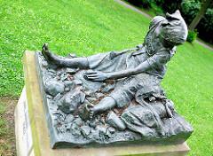 """Bronzeskulptur """"Die Steinschlägerin"""" / Steinklopferin im Theaterpark von Brandenburg an der Havel; Bildhauer Karl Janssen, 1902."""