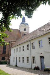 St. Gottardtkirche in Brandenburg an der Havel - spätgotische dreischiffige Hallenkirche - Kirchturm 1767 mit barocker Haube.