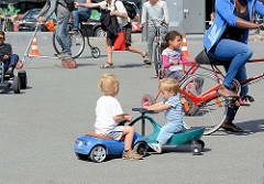 Familienfest beim Museum der Arbeit in Hamburg Barmbek Nord - Fahrradparcour auf dem Bert-Kaempfert-Platz.