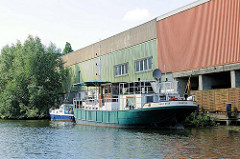 Gewerbegebäude, Lagergebäude am Ufer des Billekanals in Hamburg Rothenburgsort - Schiffe am Kai.
