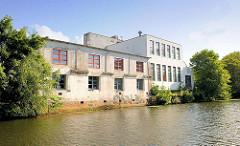 Einfache Gewerbegebäude, Lagerhäuser am Ufer des Südkanals in Hamburg Hammerbrook.