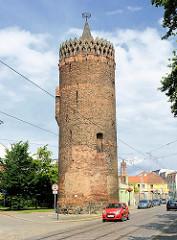 Plauer Torturm in der Altstadt Brandenburg a. d. Havel. Zylindrischer Turm um 1400 errichtet.