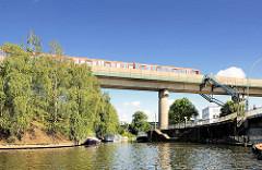 Eisenbahnbrücke in Hamburg Rothenburgsort über den Billhorner Kanal; Liegeplatz für Sportboote. Im Vordergrund die Bille kurz vor der Brandshofer Schleuse.