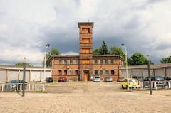 Ehem. Feuerwache von Brandenburg an der Havel - Spritzenturm und Feuerwehrgebäude in Backstein.