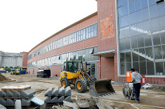 Abschliessende Arbeiten vor dem Gebäude der alten Rindermarkthalle in Hamburg St. Pauli - erbaut 1951.