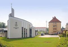 Neubau der Neuapostolischen Kirche in Brandenburg an der Havel; im Hintergrund Wohnblocks.