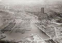 Historische Luftaufnahme von der Billwerder Bucht in Hamburg Rothenburgsort -  Links das Gasometer der Gaswerke in Hamburg Rothenburgsort / Billwerder Ausschlag, rechts die Schornsteine vom Kraftwerk Tiefstack.
