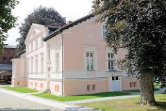 Gründerzeitvilla am Meyenburger Tor in Pritzwalk - restauriertes Gebäude, rosa Fassade / weiss abgesetzt.