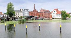 Blick über den Stadtkanal zu Backsteinarchitektur / Industriearchitektur und Wohnhäusern am Mühlendamm in Brandenburg an der Havel.
