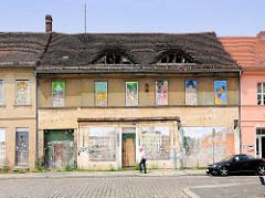 Leerstehende Häuser in Brandenburg an der Havel; mit Holzplatten zugenagelte Fenster.