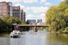 Mittelkanal in Hamburg Hamm - Wohnhäuser / Bürogebäude am Kanalufer; ein Sportboot fährt auf dem Kanal - im Hintergrund die Brücke vom Luisenweg.