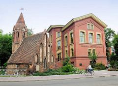 Spätgotischer Backsteinbau der einschiffigen Jacobskapelle in Brandenburg an der Havel - verrückte Kapelle, die 1892 wg. Verbreiterung der Strasse 11 m zurückgesetzt wurde.