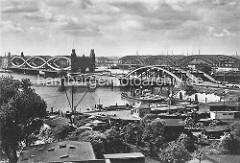Blick auf die Elbbrücken bei Hamburg Rothenburgsort - im Vordergrund Hafenanlagen von Rothenburgsort und die Einfahrt zum Billehafen / Oberhafenkanal.