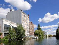 Industriearchitektur am Ufer vom Mittelkanal in Hamburg Hamm - mehstöckige Industriegebäude, blauer Himmel - weisse Wolken.