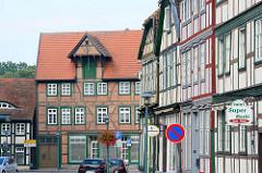 Blick durch die Große Strasse der Fachwerkstadt Grabow zum Pferdemarkt - Fachwerkwohnhaus / -geschäftshaus mit Ladekran am Dach.