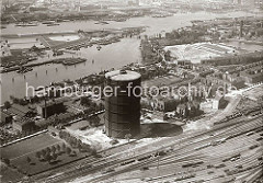 Luftansicht vom das Gasometer der Gaswerke Billwerder Ausschlag, im Vordergrund die Gleise des Rangierbahnhofs Rothenburgsort; rechts oben der Wasserturm der Wasserkunst Rothenburgsort und auf der linken Bildseite Wasserbecken / Filterbecken der