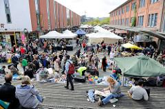 Flohmarkt auf dem Gelände des Hamburger Schlachthofs auf der Sternschanze. Flohmarktstände, FlohmarktbesucherInnen.