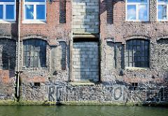 Fassade eines alten Speichergebäudes am Südkanal in Hamburg Hammerbrook.