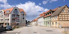 Neubau Bürohaus, Geschäftshaus / Marktstrasse in Pritzwalk; historische Fachwerkhäuser in der Grünstrasse - blauer Himmel, weisse Wolken.