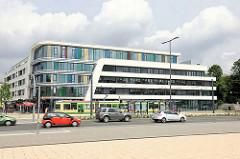 Modernes Geschäftsgebäude, Bürogebäude an der Strassenbahnhaltestelle Hauptbahnhof Brandenburg an der Havel.